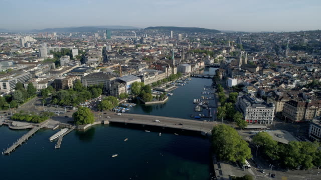 スイスのチューリッヒの街並みの空撮 - 晴れている点の映像素材/bロール