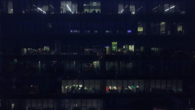 flygfoto kontor fönster skyskrapor på natten - glas material bildbanksvideor och videomaterial från bakom kulisserna
