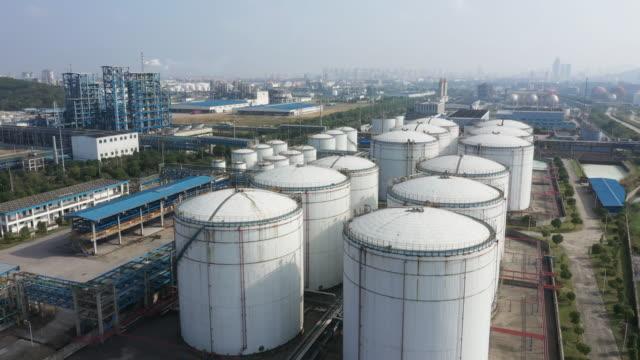 vídeos de stock, filmes e b-roll de fábrica de petróleo vista aérea - tanque de armazenamento