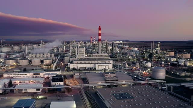 vidéos et rushes de ws aerial vue raffinerie de pétrole au crépuscule - plan large