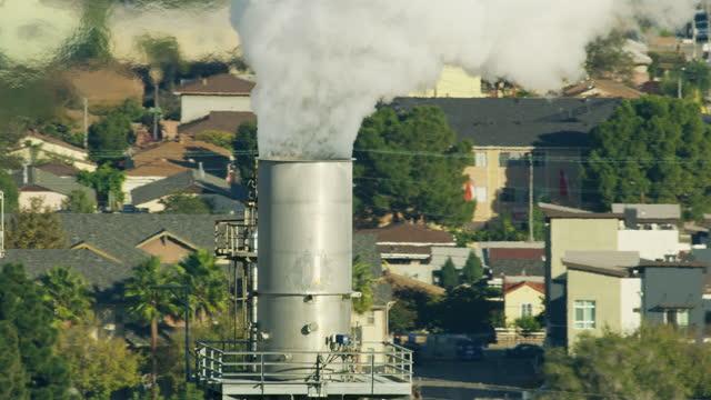 stockvideo's en b-roll-footage met aerial view oil refinery chimney emissions los angeles - risico