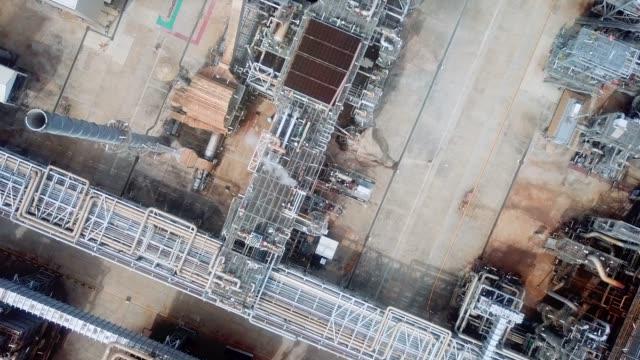 ölraffinerie mit blick auf die luft - ölindustrie stock-videos und b-roll-filmmaterial