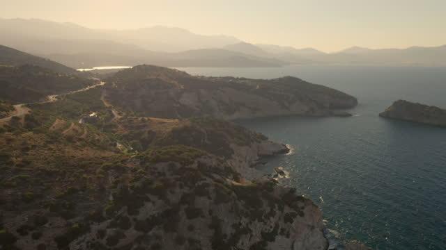 luftaufnahme an der kretischen küste mit türkisfarbenem meer - griechenland stock-videos und b-roll-filmmaterial