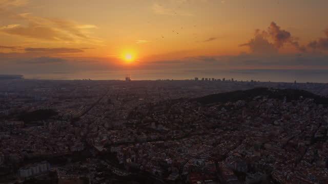 vídeos de stock e filmes b-roll de aerial view on daybreak sunlight over barcelona city skyline with morning birds - barcelona espanha