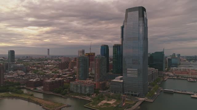 日没時の夕方、ハドソン川からニュージャージー州パウラスフックとジャージーシティの航空写真。 - 連続するイメージ点の映像素材/bロール