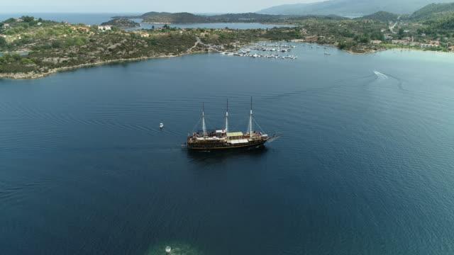 vidéos et rushes de vue aérienne sur le bateau grand - voile de bateau