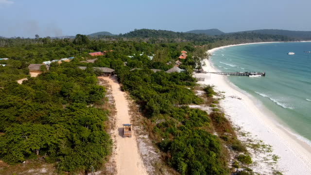 vídeos de stock e filmes b-roll de aerial view on the beautiful green sea water on koh rong island dream beach cambodia - camboja