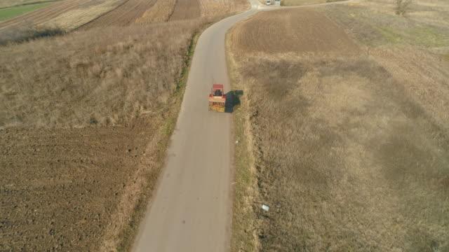 luftaufnahme auf den mähdrescher - traktor stock-videos und b-roll-filmmaterial