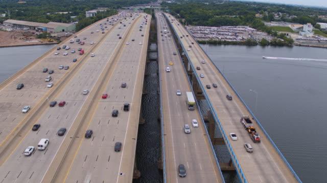 vidéos et rushes de vue aérienne sur le pont driscoll sur la rivière raritan, new jersey, relier keasbey et melrose villes. vidéo prise par drone avec la caméra statique. - carrefour