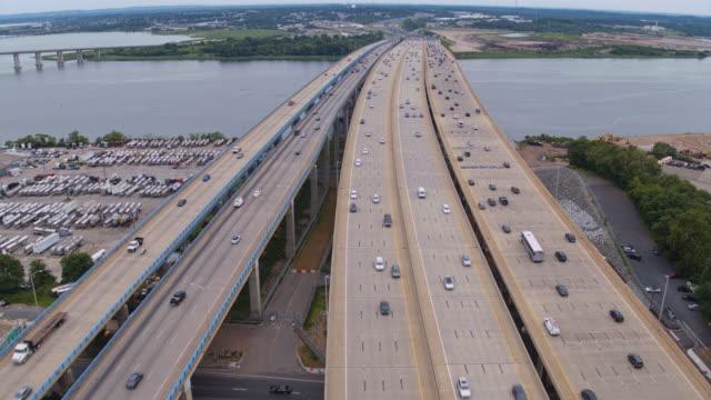 vidéos et rushes de vue aérienne sur le pont driscoll sur la rivière raritan, new jersey, relier keasbey et melrose villes. vidéo prise par drone avec le mouvement de la caméra avant. - carrefour