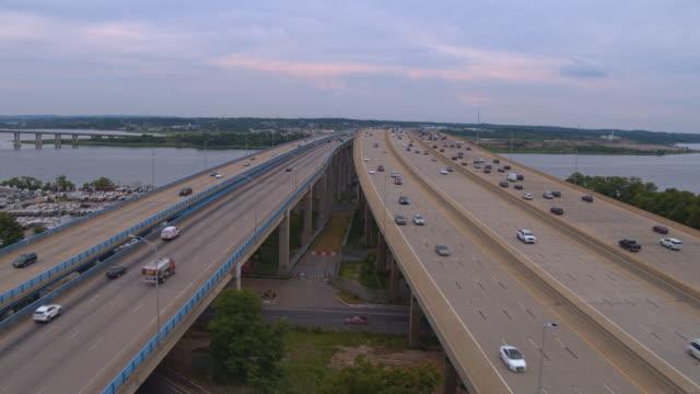 vidéos et rushes de vue aérienne sur le pont driscoll sur la rivière raritan, new jersey, relier keasbey et melrose villes. vidéo prise par drone avec le mouvement de la caméra panoramique. - carrefour