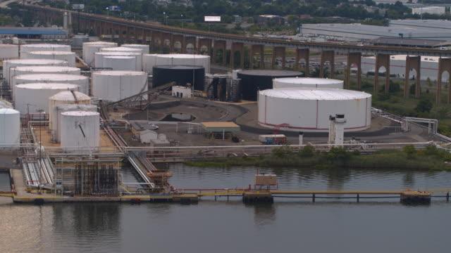 ニュージャージー州の工業地帯の石油ターミナルの石油貯蔵タンクに関する航空写真。パンカメラの動きを伴う空中ビデオ映像。 - 有害廃棄物点の映像素材/bロール