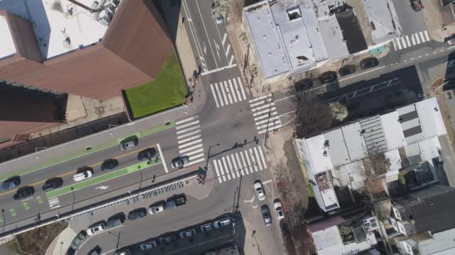 vidéos et rushes de vue aérienne dans les rues de philadelphie, pennsylvanie, qui sont maintenant désertes en raison de covid-19 coronavirus outbreak. mouvement de caméra panoramique. - philadelphie