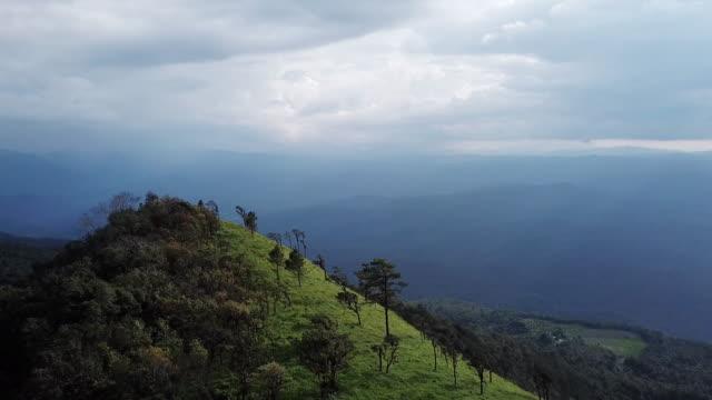 vídeos y material grabado en eventos de stock de vista aérea en la cima de la montaña - sri lanka