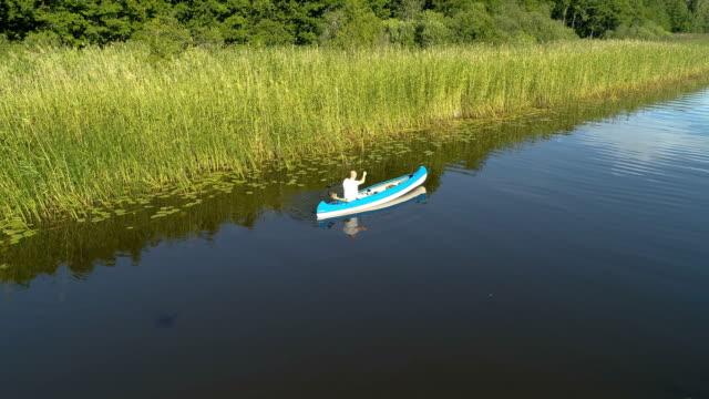 Flygfoto över en kanot i den svenska skärgården.