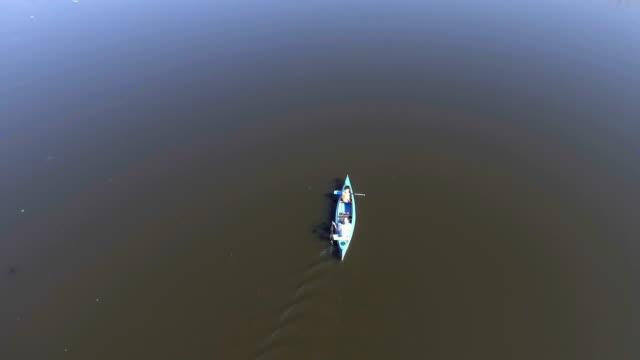 Flygfoto över en far och son i en kanot