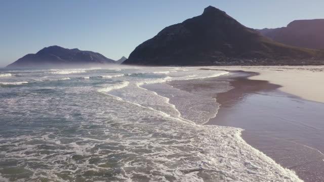 luftaufnahme über eine lange leere strand im morgenlicht - süden stock-videos und b-roll-filmmaterial