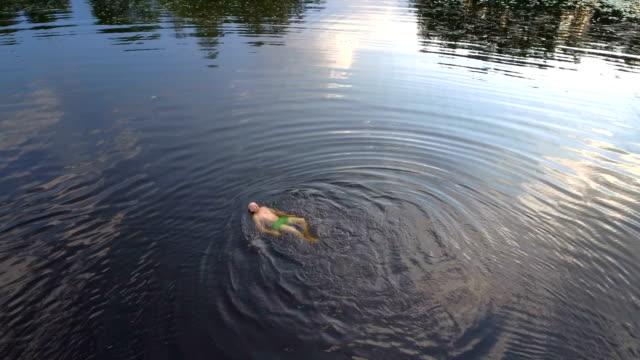 Flygfoto över en man bada i en sjö
