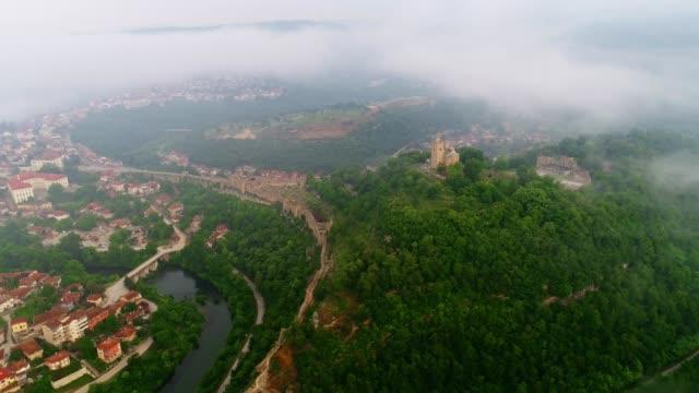 Luchtfoto uitzicht over een middeleeuws fort, een kasteel en een christelijke kathedraal, reisbestemming, culturele en historische erfgoed, architectonisch monument, Middeleeuwen site, film