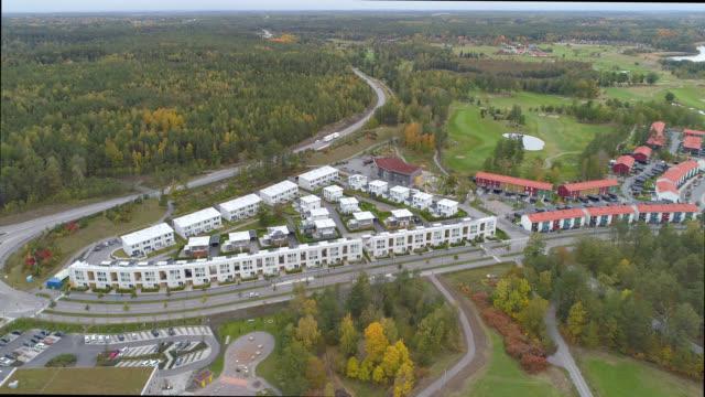 vídeos de stock, filmes e b-roll de vista aérea sobre uma área nova do subúrbio da configuração - árvore de folha caduca