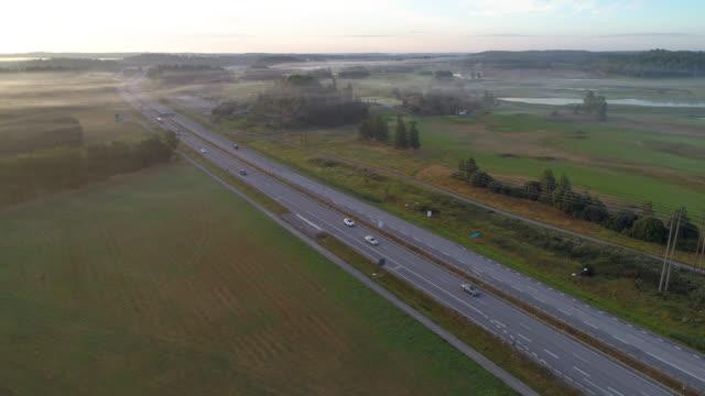flygfoto över en väg i ett dimmigt landsbygdslandskap - remus kotsell bildbanksvideor och videomaterial från bakom kulisserna