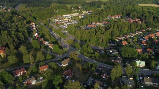 stockvideo's en b-roll-footage met luchtmening over een kleine landelijke stad - stadsdeel