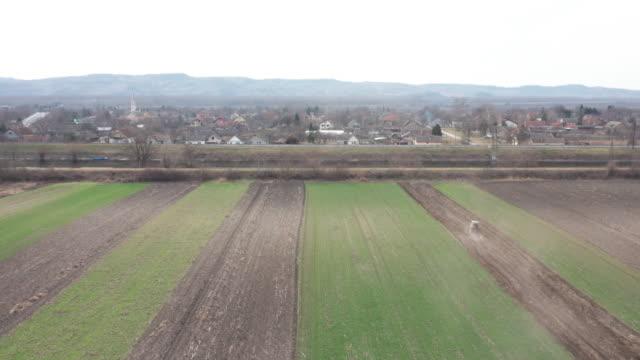 vídeos y material grabado en eventos de stock de vista aérea sobre los campos agrícolas - campo arado