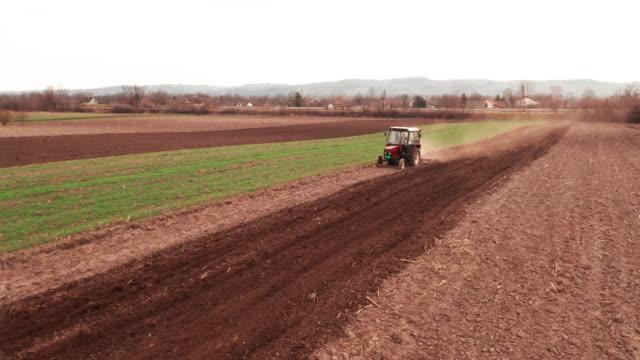 vídeos de stock e filmes b-roll de aerial view over agricultural fields - espalhar