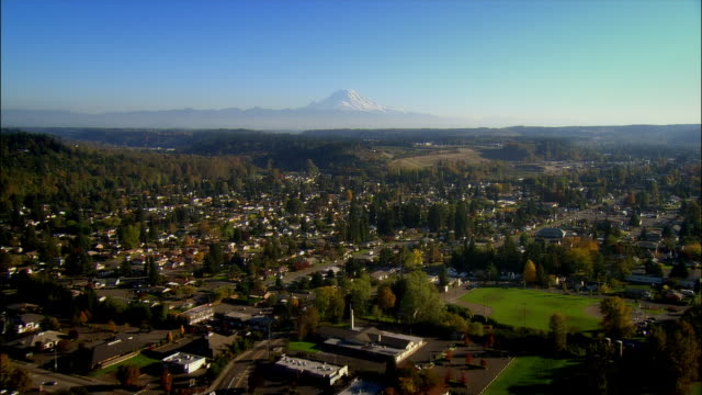 aerial view over auburn with mount rainier in the background / washington - mount rainier stock-videos und b-roll-filmmaterial