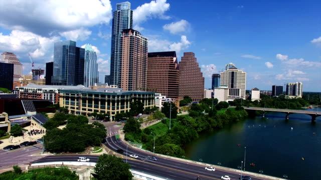 vídeos de stock e filmes b-roll de aerial view over austin texas moving closer towards downtown high above town lake - town