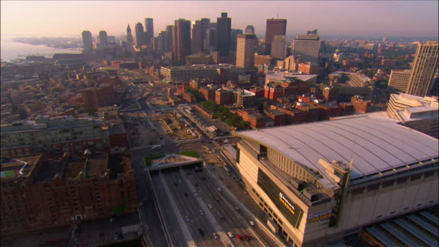 vidéos et rushes de aerial view over bunker hill bridge along the path of the big dig through the financial district / boston, massachusetts - boston