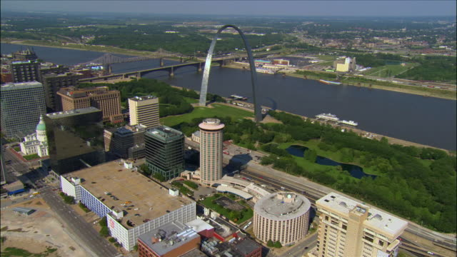 aerial view over busch stadium and the downtown area toward the gateway arch and mississippi river / st. louis, missouri - jefferson national expansion memorial park bildbanksvideor och videomaterial från bakom kulisserna