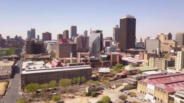 vidéos et rushes de vue aérienne au-dessus de la ville de johannesburg, afrique du sud - république d'afrique du sud