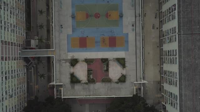 vídeos de stock, filmes e b-roll de aerial view over colorful basketball court - espaço para texto