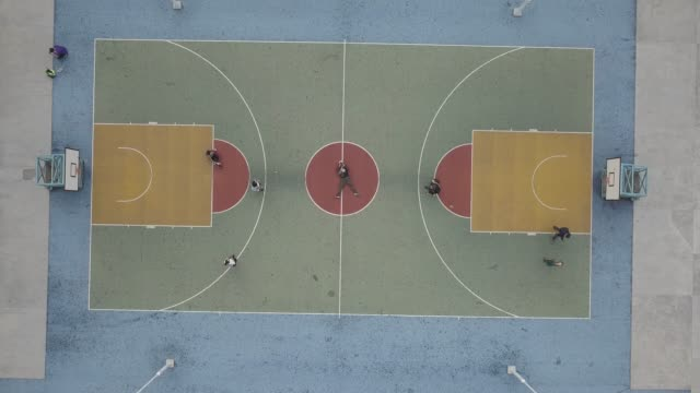 vídeos de stock, filmes e b-roll de aerial view over colorful basketball court - quadra esportiva