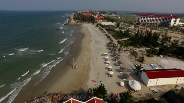 aerial view over cua dai beach in hoi an, vietnam - urlaubsort stock-videos und b-roll-filmmaterial