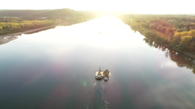 vidéos et rushes de vue aérienne sur le fleuve danube au coucher du soleil. drone volant sur des bateaux sur l'eau. automne, soleil, destinations de voyage, tourisme, exploration, aventure, frontière, harmonie, tranquillité, - river danube