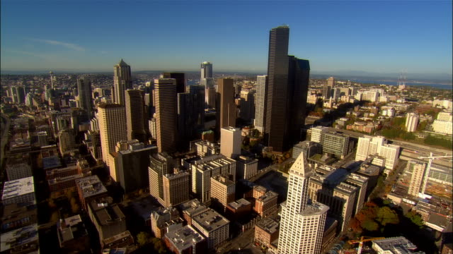 stockvideo's en b-roll-footage met aerial view over downtown seattle / washington - noordelijke grote oceaan