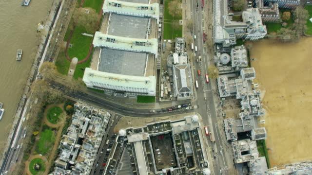 vídeos de stock, filmes e b-roll de aerial view over english capital city london england - vanguardista