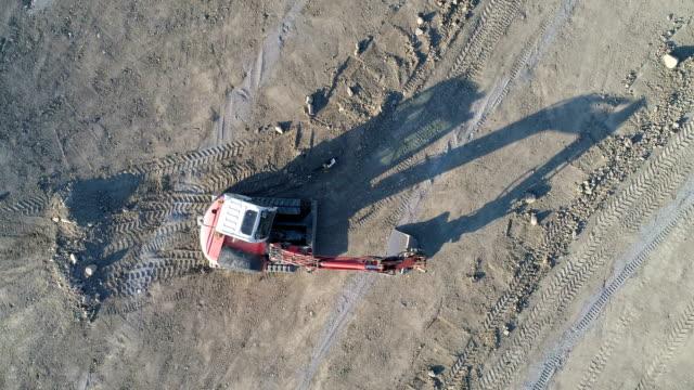Flygfoto över grävmaskin tidigt på morgonen
