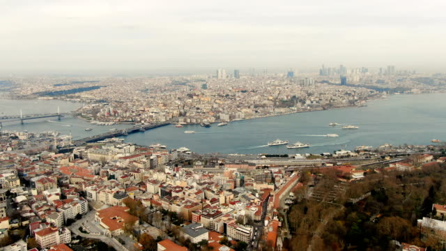 vidéos et rushes de aerial view over golden horn and istanbul, turkey the grand bazaar-historic sprawling network of indoor souks & market streets peddling leather, jewellery & gifts - turkey - istanbul
