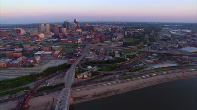 aerial view over hannibal and broadway bridges crossing the missouri river / downtown kansas city in background / dusk / kansas city, missouri - missouri mellanvästern bildbanksvideor och videomaterial från bakom kulisserna