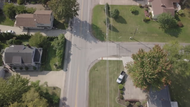 stockvideo's en b-roll-footage met aerial view over leafy residential neighborhood in north ridgeville, ohio - ohio
