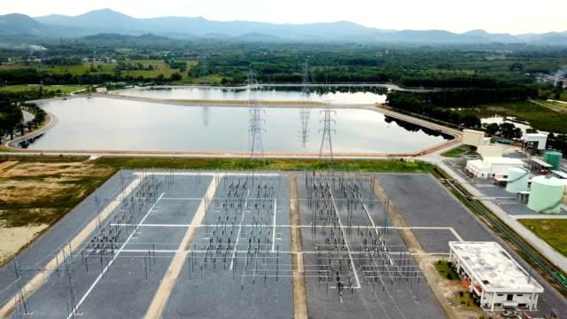 Vista aérea sobre la estación eléctrica local en planta de energía