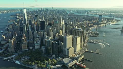 vídeos y material grabado en eventos de stock de aerial view over manhattan with rising sun between skyscrapers - estado de nueva york