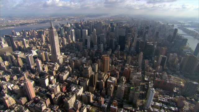 stockvideo's en b-roll-footage met aerial view over midtown manhattan / past empire state building / new york, new york - metlife building