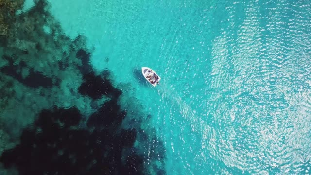 aerial view over motorboat in the blue mediterranean sea - leuchtende farbe stock-videos und b-roll-filmmaterial