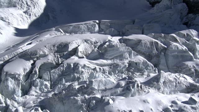 vista aerea sulle montagne e i ghiacciai - area selvatica video stock e b–roll
