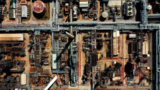 vidéos et rushes de vue aérienne au-dessus de raffinerie de pétrole ou usine chimique avec beaucoup de réservoirs de stockage - chemistry