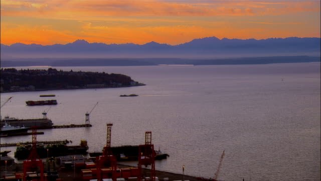 stockvideo's en b-roll-footage met aerial view over puget sound and the port at dusk / seattle, washington - noordelijke grote oceaan